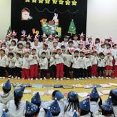 赤グループ(あやめ・さくら・ばらつぼみ)  かわいいい歌を歌いました。