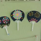 満3・3歳児・・・うちわのテーマは「花火」。色鮮やかな花火を。