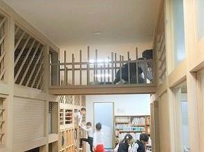 2階は廊下に長く続くファニチャーがあります。