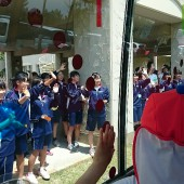 バスに向かってみなさんが手をふってくれました。