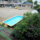 気温と水温を足して50度に達しないとプール遊びはできません。今日は44度で、残念ながら子ども達は見学のみとなりました。