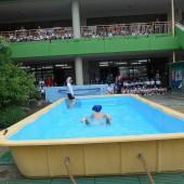 亀のように泳ぐ石川先生。