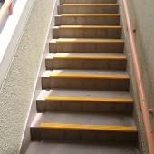 滑りやすく雨も溜まった階段。