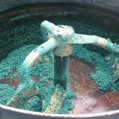カラーチップと接着剤を混ぜています。