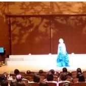 ぼけてしまいましたが、あでやかな姿の典子先生です。オーソレミオの独唱中です。