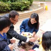 校長先生とカンパ~イをしてお芋を食べました。