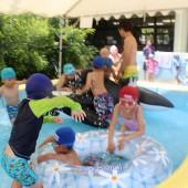 巨大浮き輪に子どもたち大喜び