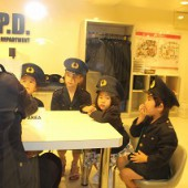 警察官を体験中