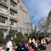 三田西陵高校の校舎をバックに