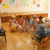 水遊びの後は、先生と歌を歌ったり、絵本を見たりして過ごします。