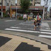 車に気を付けて、横断歩道を渡るよ。