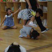 年長組はマット運動の他に、跳び箱をとべるようにお友だちと一緒に練習しました。
