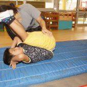 前転と後転をしました。後転は難しかったけれど、先生に支えてもらいながらしたよ。