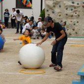 年少組の親子競技です。おうちの人と大玉ころがしをして競争しました。。