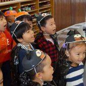 年少組はみんなでかぼちゃとくろねこに変身しました。