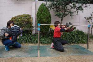 年少組は、先生に手伝っていただきながら、前回り降りをしました。
