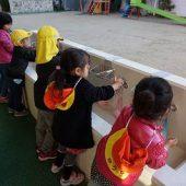 幼稚園に帰ってから手を洗います。