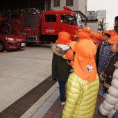 消防署の前を通りました。少し消防車を見せていただきました。