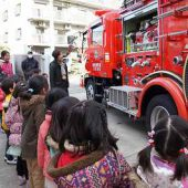大きな消防車は安全に救助するのに必要なものが備わっていることを知りました。