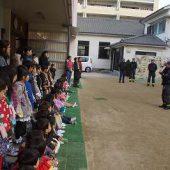 無事に避難した後、先生たちは消火器の使い方を教えていただきました。