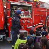 消防車を近くで見られて嬉しそうな子どもたち。