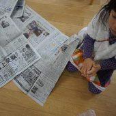 新聞紙を丸めて豆を作ります。