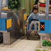 車椅子で改札機を通るのはとても難しかったです。