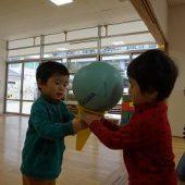 コーンにボールを乗せ、アイスクリームのようにして、2人で協力して運びました。