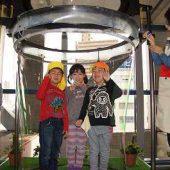 とても大きいシャボン玉の中に、お友だち3人で入ることが出来ました。