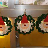 クリスマス制作・・・はさみやのりも一人で使えるようになってきます