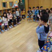 幼稚園では毎日礼拝をします。讃美歌も上手に歌えるようになってきました。