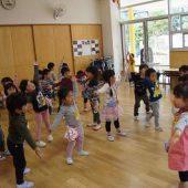 みんなで朝の体操をしました。先生の真似をして、たけのこ体操を覚えました。