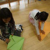模造紙でかぶとを折ります。