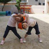 年中組は二人組で柔軟体操をしました。
