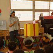 魔法使いになった先生がプレゼントの箱に魔法をかけています。みんなプレゼントが出てくるかワクワクしていました。