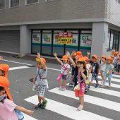 横断歩道は手を挙げて渡りました。