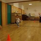 年少組は室内で速く走る練習をしました。