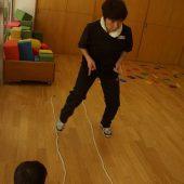 室内では縄を使って複雑なステップで俊敏さを鍛えます。