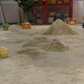 園庭に大きな砂山を用意しました。