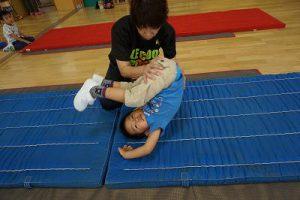 先生に支えていただきながら前転ができるようになってきました。