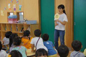 お友達は先生のお話しの時間を楽しみにしています。