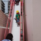 年少組も避難用滑り台の滑り方を覚えました。