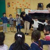 英語の歌を歌いながら踊りました。