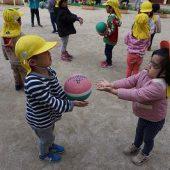 「のりまきキャッチ」を教えていただき、二人組でキャッチボールをしました。