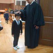 礼拝の最後に牧師先生に頭に手を置いていただきました。