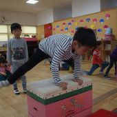 跳び箱を高くして開脚とびができました。