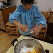 年長組のお友だちがホットケーキミックス、卵を入れました。