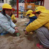 大好きな砂遊び。穴掘りやごはん作りなどをしています。