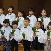 年中組は聖歌隊になり、讃美歌でお話を伝えました。