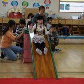 滑り台、マット、跳び箱、平均台を使って、楽しくサーキット遊びをしました。